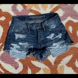 Ripped jeans shorts with patterned pockets